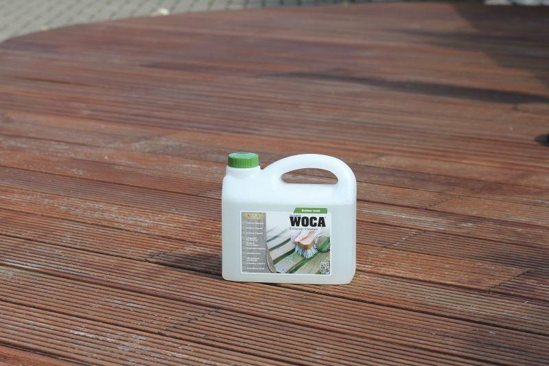 Es gibt einiges zu tun: Regen und Sonne haben ihren Stempel auf der Terrasse hinterlassen. Mit dem Woca Exterior Reiniger soll das Terrassenholz gesäubert und geschützt werden.