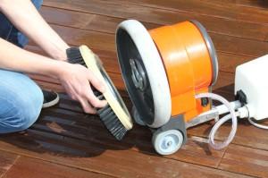 3.: Der Bürsten-Aufsatz wird in die Schleifmaschine eingesetzt.