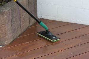 Zu Schritt 3: Von einer Seite her anfangend wird das Öl mit dem Padhalter einheitlich auf dem Holz verteilt.