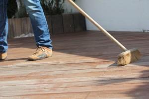 Zu 1.: Die zuvor mit Exterior Cleaner gründlich gereinigten Terrassendielen werden von grobem Schmutz befreit.