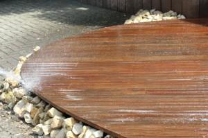 Zu Schritt 4: Noch einmal die Dielen abspülen -  Fertig! Sollen die Hölzer ölbehandelt werden, muss die Terrasse erstmal trocknen.