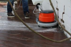 3.: Die Terrasse wird kräftig geschrubbt.