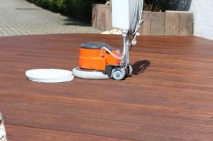 4.: Mit Polierpads oder einer Schleifmaschine mit Polieraufsatz kann der vollgesogene Terrassenboden nachpoliert werden - für mehr Widerstandsfähigkeit.