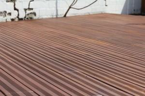 5.: Das vollständige Härten des Exterior Oil von Woca dauert ein bis zwei Tage. Solange darf das Holz keinesfalls mit Feuchtigkeit in Kontakt kommen.