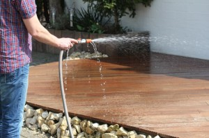 Zu Schritt 2: Im Anschluss wird der Terrassenboden naß gemacht.