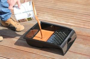 Zu Schritt 2: Das gründlich vermischte Terrassenöl von Woca wird in ein passendes Behältnis gegossen.